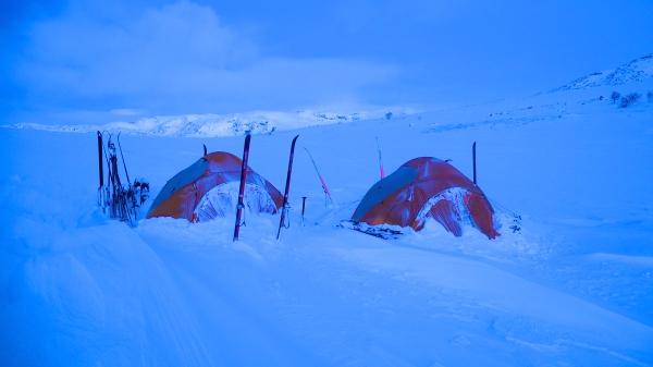 Zeker tijdens de zware trektochten wordt er vaak in tenten overnacht.