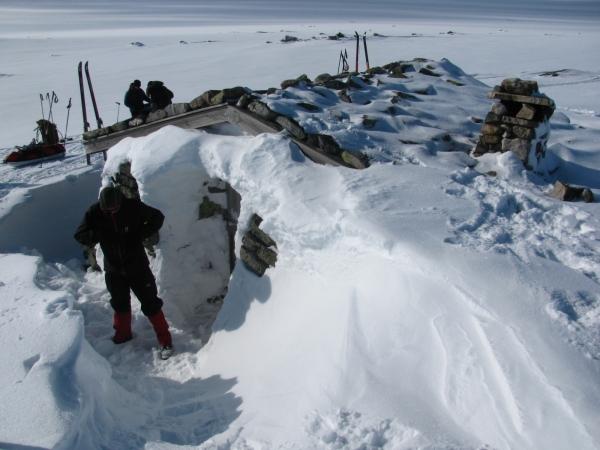 Oh, daar is de hut.  Overigens niet verstandig om in deze hut te blijven.  Gaat het stormen 's nachts bestaat er kans dat de deur dicht sneeuwt en je er bij deze hut niet meer uit kunt.