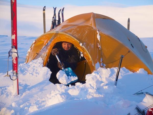 en er soms wat sneeuw geschept moet worden om je  tent uit te komen.